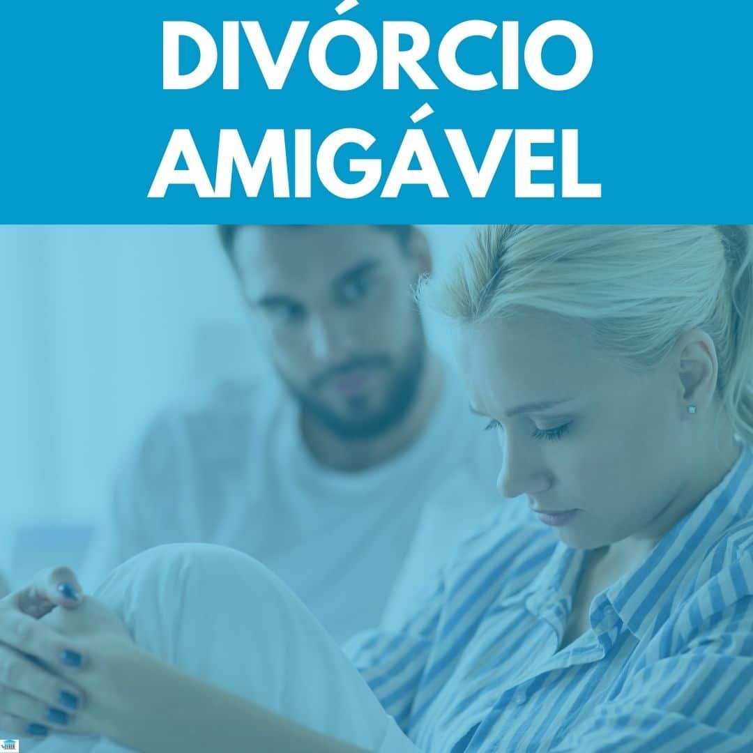 divórcio amigavel com casal brigando na frente e fundo azul